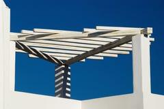 Treillis blanc avec des ombres contre le ciel bleu Photos libres de droits