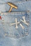 Treillis bleu avec le marteau dans la poche. image libre de droits