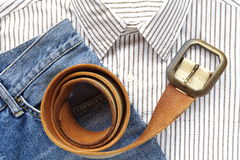 Treillis bleu de denim avec la chemise et la ceinture Images stock