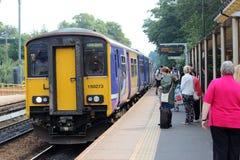 Trein aan de Kalkstraat van Liverpool bij Huyton-post Stock Foto