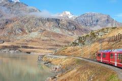 Trein in Alpen. Royalty-vrije Stock Afbeelding