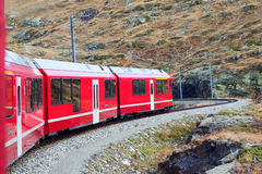 Trein in Alpen. Stock Foto
