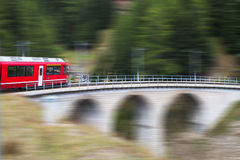 Trein in Alpen, Zwitserland Stock Fotografie