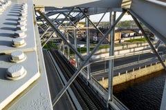 Trein Amerikaanse bruggen over Obvodny-kanaal bij zonsondergang in St. Petersburg Rusland Stock Foto