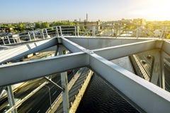 Trein Amerikaanse bruggen over Obvodny-kanaal in St. Petersburg stock foto's