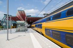 Trein bij de centrale post van een Nederlandse stad royalty-vrije stock foto's