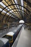 Trein bij de DwarsPost van Koningen, Londen Stock Fotografie