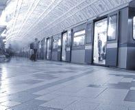 Trein bij de metro post Royalty-vrije Stock Fotografie