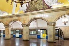 Trein bij de metro post Komsomolskaya in Moskou, Rusland Stock Afbeelding