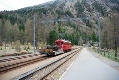 Trein bij de Zwitserse Alpen. Royalty-vrije Stock Afbeelding