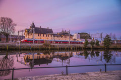 Trein bij Halden-Station een vroege ochtend Royalty-vrije Stock Foto's