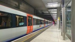 Trein bij het platform in terminal 5 van Heathrow Stock Afbeelding