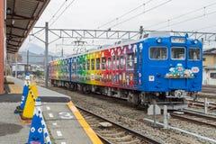 Trein bij Kawaguchiko-Station wordt tegengehouden dat Stock Foto