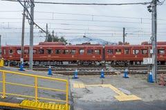 Trein bij Kawaguchiko-Station wordt tegengehouden dat Royalty-vrije Stock Afbeeldingen