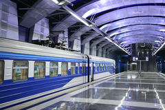Trein bij metro post Royalty-vrije Stock Afbeelding