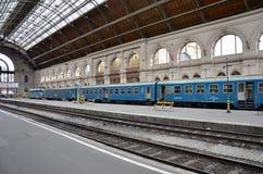 Trein bij postplatform Boedapest, Hongarije Royalty-vrije Stock Afbeelding