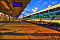 Trein bij station Stock Foto's
