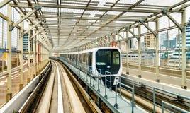 Trein bij Yurikamome-lijn op de Regenboogbrug in Tokyo royalty-vrije stock foto's