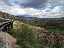 Trein in de woestijn van Arizona op een zonnige dag royalty-vrije stock afbeeldingen