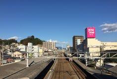 Trein die aan de post in Hiroshima, Japan komen Royalty-vrije Stock Afbeeldingen