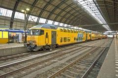 Trein die in Amsterdam Nederland aankomt Royalty-vrije Stock Foto's