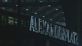 Trein die bij Alexanderplatz-post in Berlijn bij nacht aankomen stock video