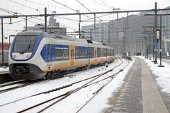 Trein die bij Centrale post in Amsterdam Nederland aankomen Stock Afbeeldingen