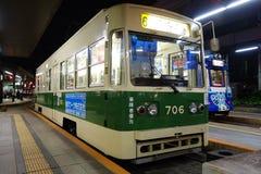 Trein die bij post in Hiroshima, Japan aankomen Stock Afbeelding