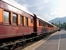 Trein die bij station wacht stock afbeelding