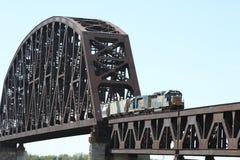 Trein die de Brug van de Rivier van de Spoorweg kruist stock afbeelding