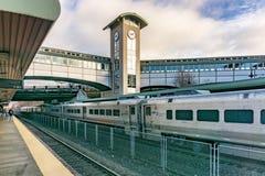 Trein die in de Doorgangen Ramsey Rt 17 van New Jersey Station trekken royalty-vrije stock afbeelding