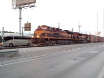 Trein die de stad kruisen Stock Fotografie