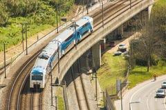 Trein die in de voorsteden een viaduct over Alcântara-Vallei in Lissabon, Portugal kruisen Stock Afbeeldingen