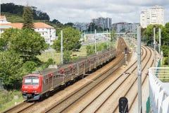Trein die in de voorsteden van Lissabon door S overgaan Het historische gebied van Domingos de Benfica, Lissabon, Portugal Stock Afbeelding