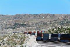 Trein die door de bergen gaan royalty-vrije stock foto