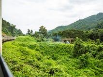 Trein die door de groene gebieden in Chiang Mai gaan Stock Afbeelding