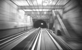 Trein die door de tunnel gaan Stock Afbeeldingen