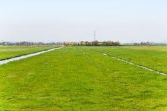 Trein die door in Nederlands landschap overgaan stock afbeeldingen