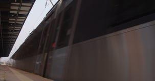 Trein die en lage hoek naderen de verlaten schoot op zonnige ochtend op station in de Oekraïne stock video