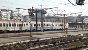 Trein die het station verlaten stock video