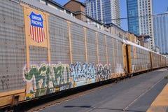Trein die met de stad in op de Achtergrond overgaan Royalty-vrije Stock Foto