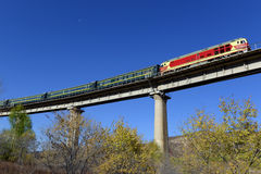 Trein die op de brug in werking wordt gesteld Royalty-vrije Stock Foto's
