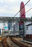 Trein die in Osaka Station, HEP Five Ferris Wheel aankomen Royalty-vrije Stock Afbeelding