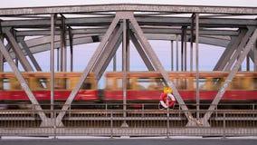 Trein die over een brug in Berlijn overgaan stock video