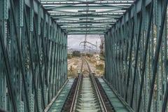 Trein die over een brug overgaan royalty-vrije stock foto's