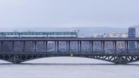 Trein die over Pont DE Bir-Hakeim overgaan stock videobeelden