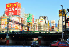 Trein die in Shinjuku overgaan royalty-vrije stock afbeeldingen