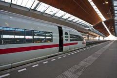 Trein die in trainstation wacht Royalty-vrije Stock Foto's