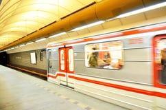 Trein die van metro in stad van Praag weggaan Stock Fotografie