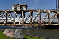 Trein die verticaal-Liftbrug kruisen Stock Foto